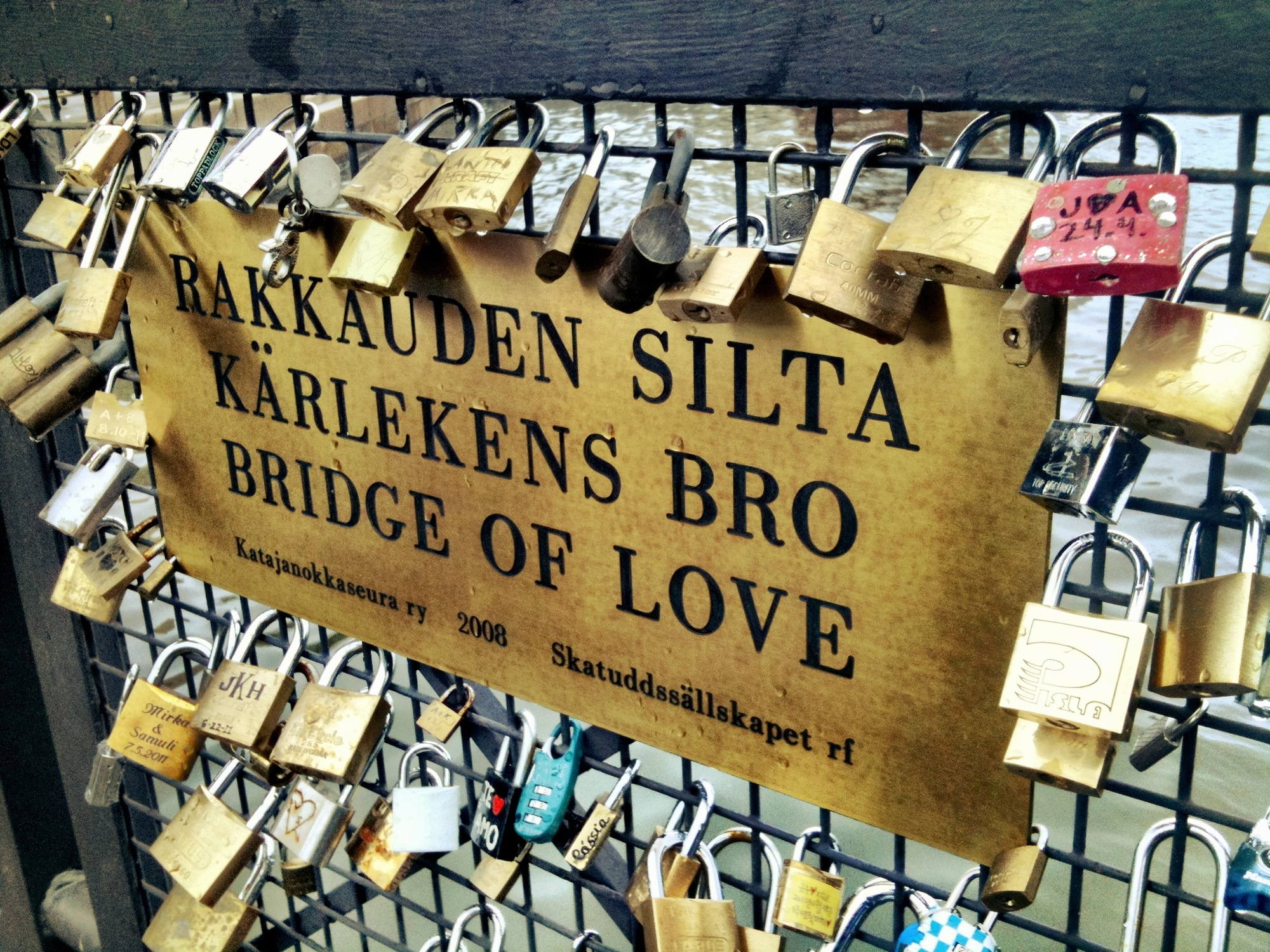 Bridge of Love in Helsinki nahe der Uspenski-Kathedrale